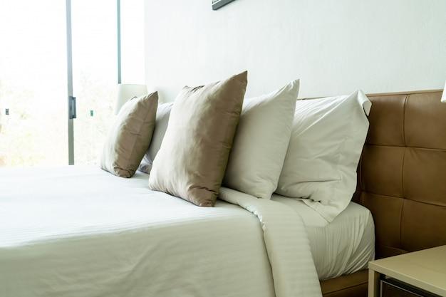 Travesseiro na decoração da cama no interior do quarto