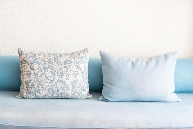 Travesseiro na decoração de sofá na sala de estar