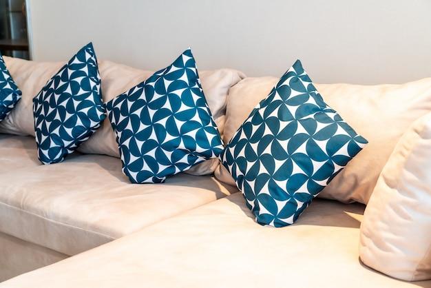 Travesseiro na decoração do sofá na sala de estar