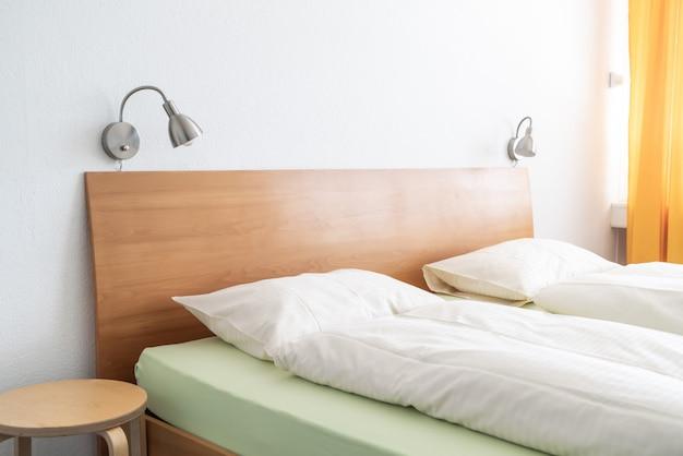 Travesseiro na sala de decoração de cama