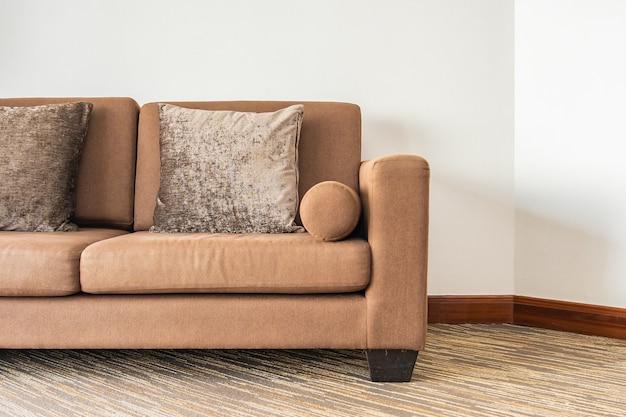 Travesseiro no interior da decoração do sofá da sala de estar