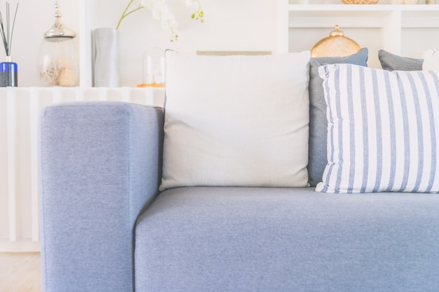Travesseiro no sofá-cama