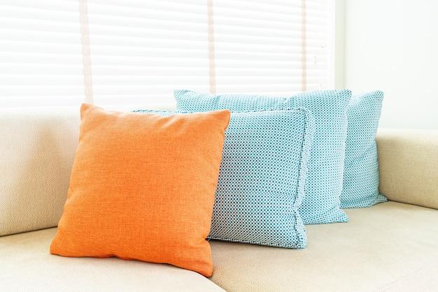 Travesseiro no sofá e decoração da cadeira na sala