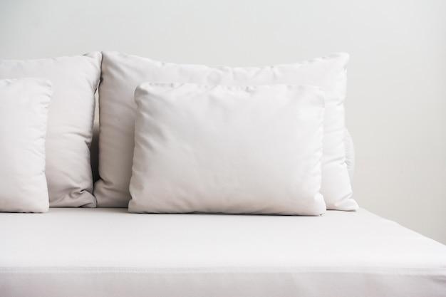 Travesseiros brancos empilhados