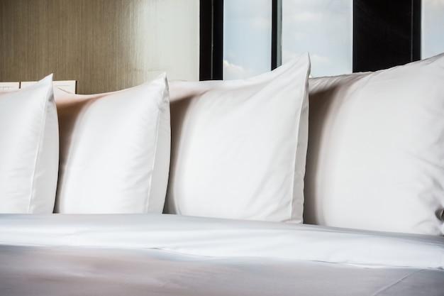 Travesseiros brancos