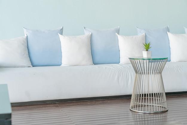 Travesseiros lindos e confortáveis no sofá