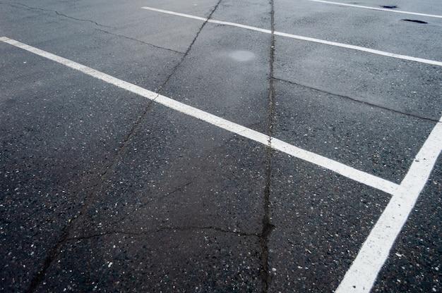 Travessia de pedestres perto dos estacionamentos, listras brancas e amarelas.
