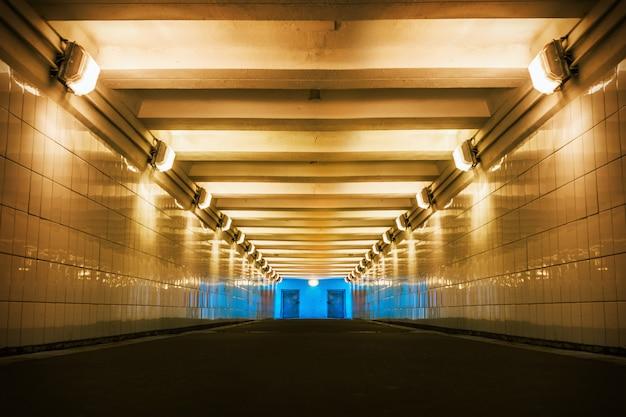 Travessia de pedestres subterrânea na cidade iluminada por artif