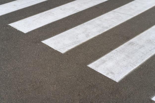 Travessia de pedestres, vista de ângulo superior de estrada de asfalto