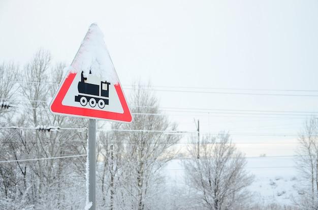 Travessia ferroviária sem barreira. um, sinal estrada, descrevendo, um, antigas, pretas, locomotiva, localizado, em, um, vermelho, triangulo