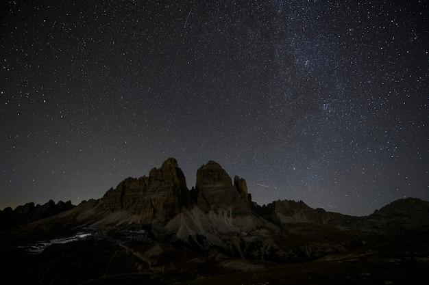 Tre cime di lavaredo à noite nas dolomitas, itália