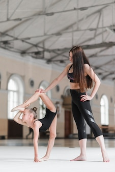 Treinador, ajudando, dela, bailarina, estudante, esticar, ligado, pista dança