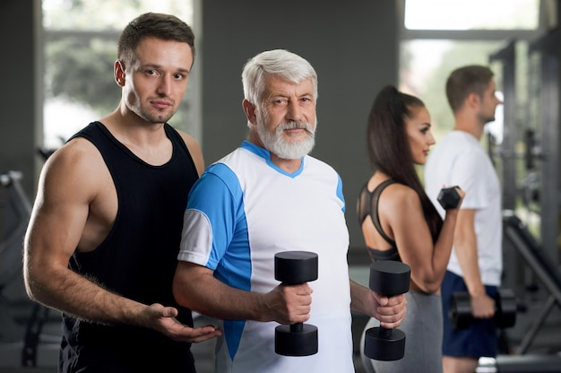 Treinador ajudando seus clientes a se tornarem saudáveis e em forma.
