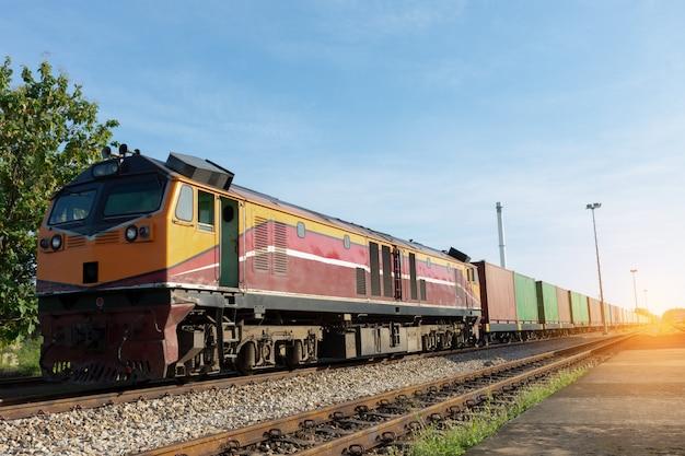Treinador com mercadorias de transporte de contêiner de carga