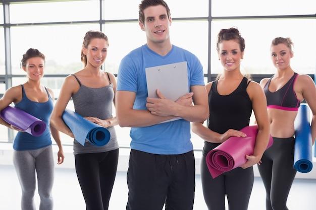 Treinador com sua aula de ioga