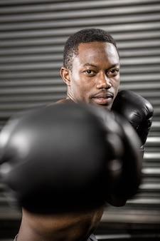 Treinador de boxe sem camisa no ginásio crossfit