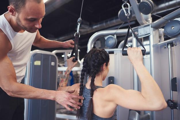 Treinador de crossfit treinando atleta feminina