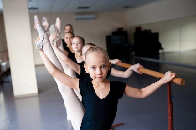 Treinador de dança, crianças, alongamento, coreografia