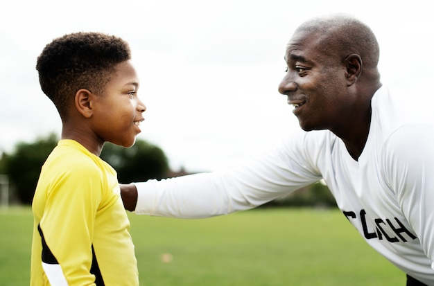 Treinador de futebol aconselhando o goleiro