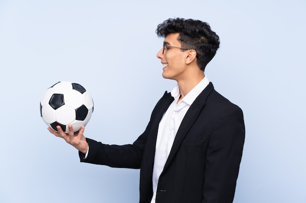 Treinador de futebol argentino com expressão feliz