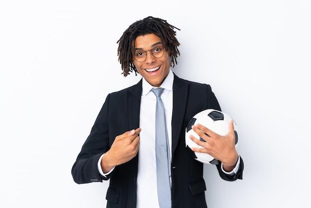 Treinador de futebol sobre parede branca isolada com expressão facial de surpresa