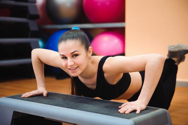 Treinador de mulher atlética fazendo aula de aeróbica com deslizadores. conceito de esporte e saúde