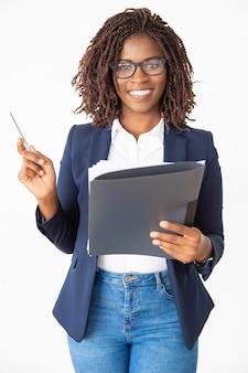 Treinador de negócios confiante feliz usando óculos