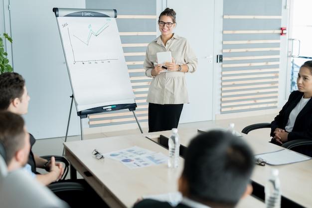 Treinador de negócios, trabalhando na sala de reuniões