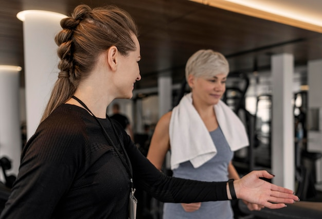 Treinador do programa de treino e visão do lado do cliente