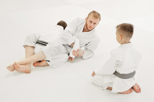 Treinador ensinando seus alunos