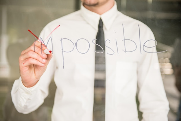 Treinador escrevendo o conceito de sucesso na placa de vidro com marcador.