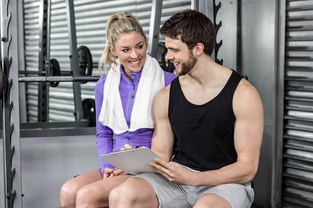 Treinador, falando, com, seu, cliente, em, crossfit, ginásio