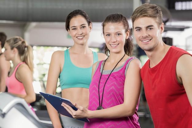 Treinador feminino, discutindo sobre o desempenho no ginásio