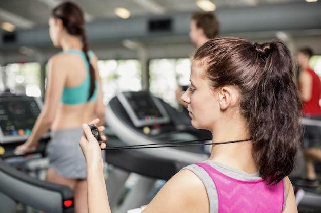 Treinador feminino, sorrindo para a câmera no ginásio