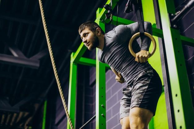 Treinador masculino se exercitando na academia