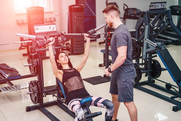 Treinador pessoal ajudando uma jovem