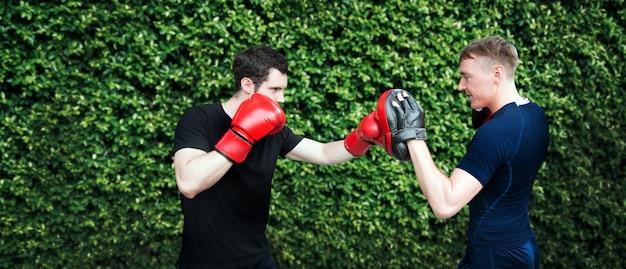 Treinador pessoal de treinamento de boxe em casa