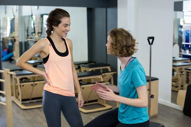 Treinadora interagindo com mulher