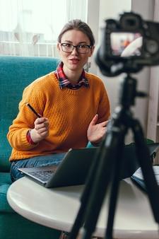 Treinadora ou psicóloga conduz conferência e registro online Foto Premium