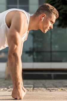 Treinamento atlético lateral do homem