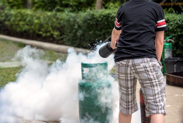 Treinamento básico de emergência para combate a incêndio e evacuação em bombeiros para segurança em condomínio