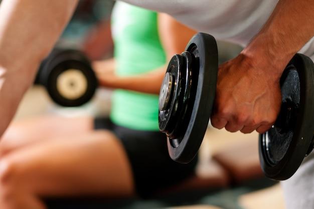 Treinamento com halteres no ginásio