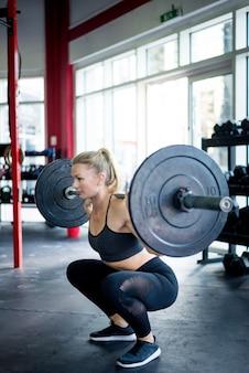 Treinamento de atletas em uma academia cross-fit