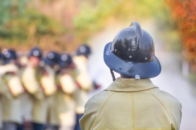 Treinamento de bombeiro, os funcionários treinamento anual combate a incêndio com gás e chamas