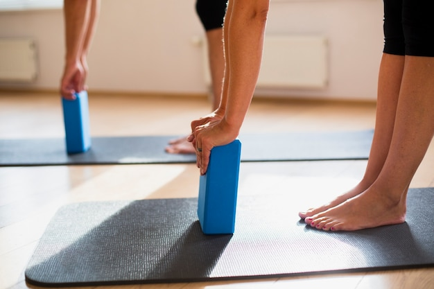 Treinamento de casal com blocos de pilates