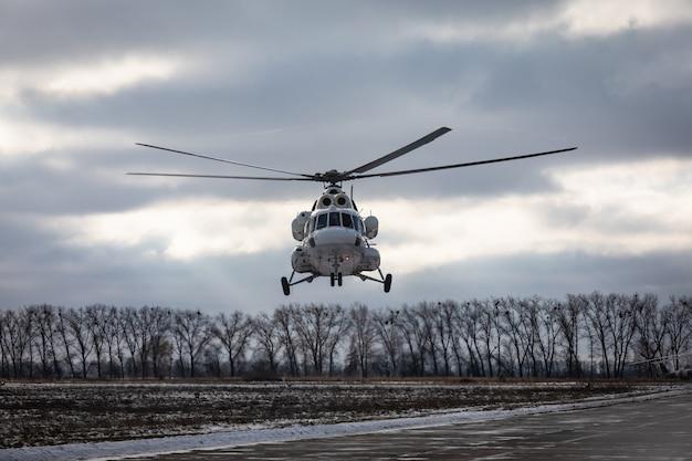 Treinamento de combate no centro de treinamento das tropas aerotransportadas das forças armadas ucranianas na região de zhytomyr. helicópteros durante missões de combate