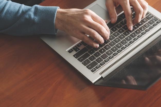 Treinamento de dactilografia de velocidade. homem com as mãos no teclado do laptop. melhorar as habilidades de escritório