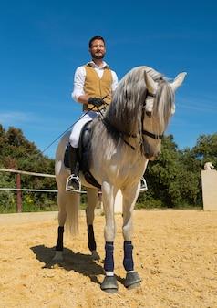 Treinamento de equitação menina