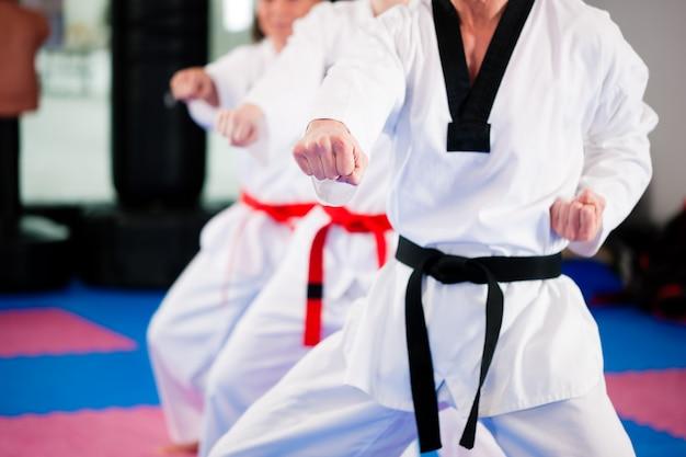 Treinamento de esporte de artes marciais no ginásio