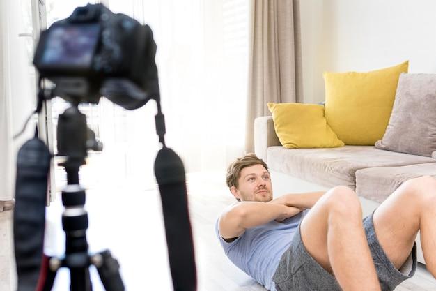 Treinamento de gravação de macho adulto em casa